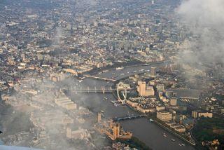 Flying into London - DK